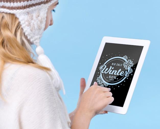 Niña tocando la tableta con maqueta