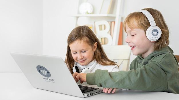 Niñas en casa usando laptop