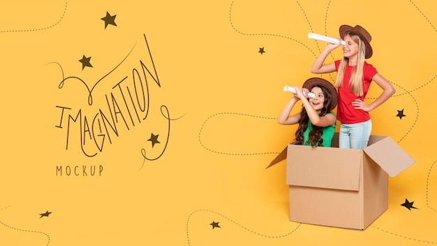 Niñas jugando en caja de cartón