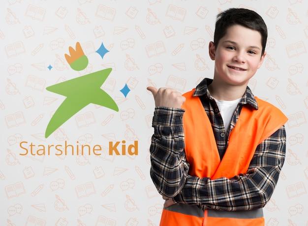Niño de construcción apuntando a maqueta