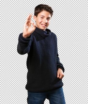 Niño haciendo símbolo bien