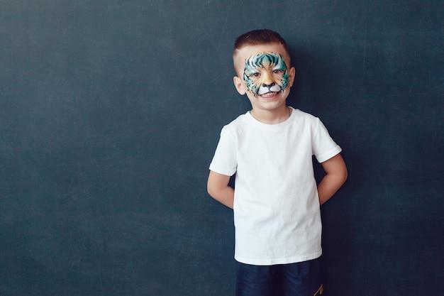 Niño lindo con una maqueta de camisa