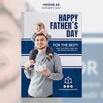 Niño y papá sosteniendo una plantilla de póster del día del padre de regalo