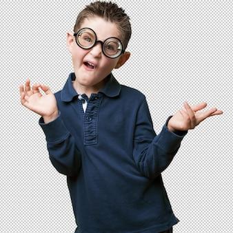 Niño pequeño bromeando como un nerd