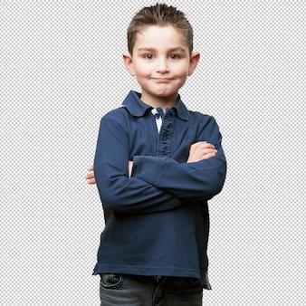 Niño pequeño cruzando sus brazos