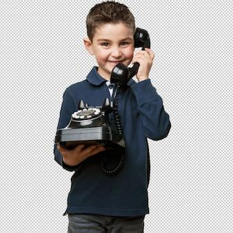 Niño pequeño llamando con teléfono
