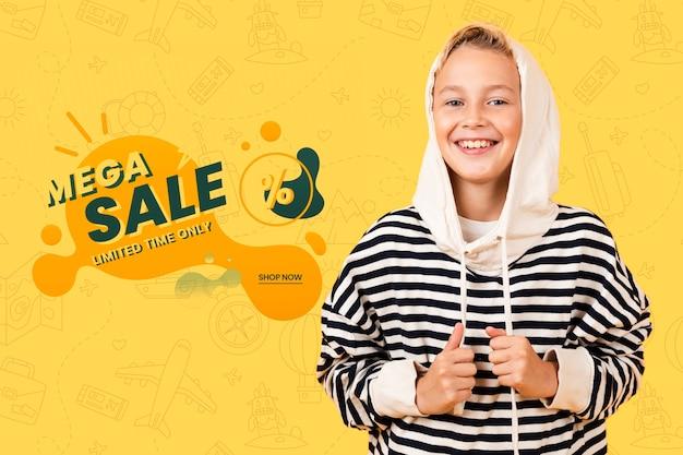 Niño sonriente posando en sudadera con capucha