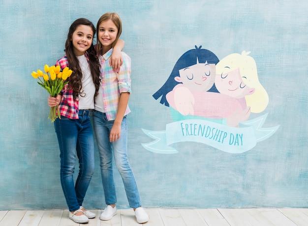 Niños abrazados con una maqueta de pared.