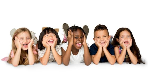 Niños alegres pasándolo en grande juntos