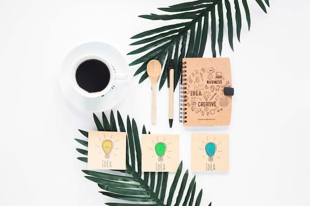 Notas adhesivas de café y maqueta de cuaderno