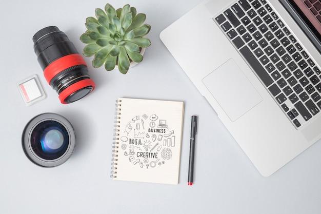 Notebook con vista dall'alto con mock-up