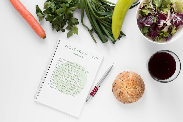 Notebook mock-up met vegetarisch eten