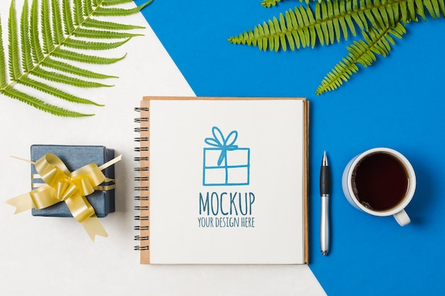 Notebook mock-up naast verjaardagscadeau
