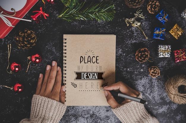 Notebook mockup met kerstversiering