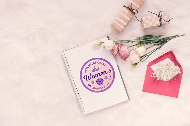 Notebookmodel met bloemen en geschenken