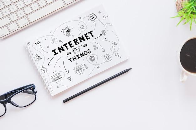Notepad mockup met internet van dingen concept