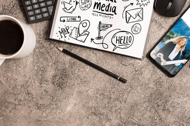 Notepad-mockup met kantoorelementen