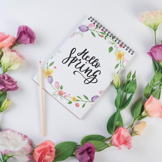 Notepadsjabloon voor de lente met bloemen