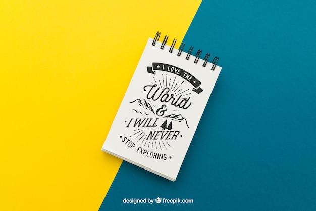 Notitieblok met citaat op gele en blauwe achtergrond