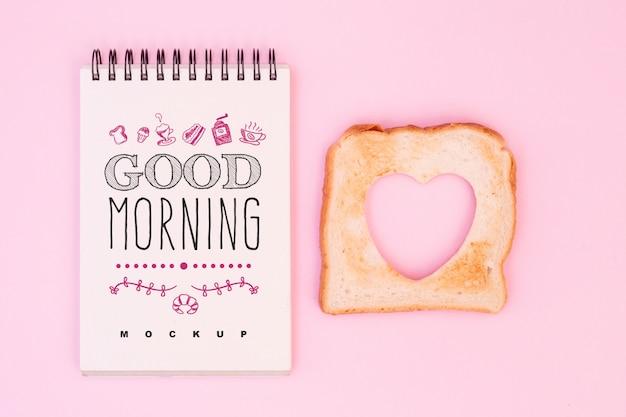 Notitieblok mockup met valentines ontbijt