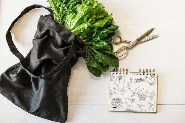 Notitieblokmodel en salade