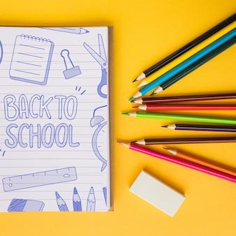 Notitieblokmodel met terug naar schoolconcept