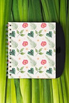 Notitieblokmodel met tropische bladeren