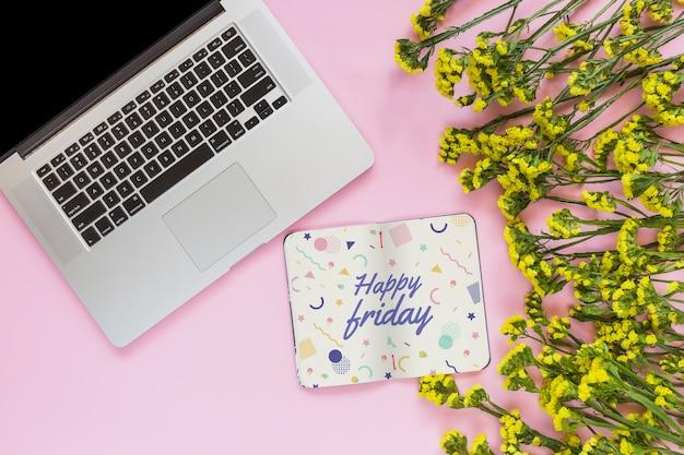 Notitieboekje en laptop mockup met bloemendecoratie voor huwelijk of citaat