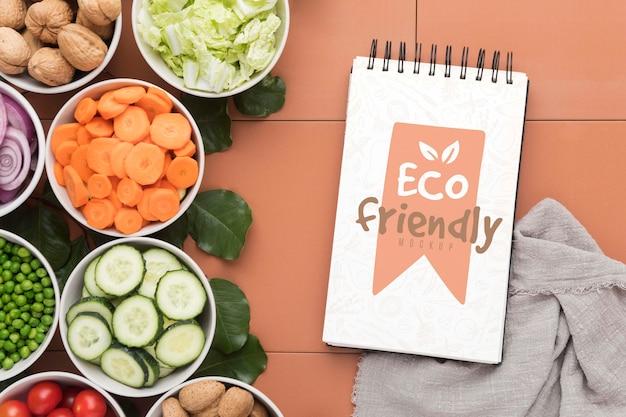 Notitieboekje met groenten op bureau