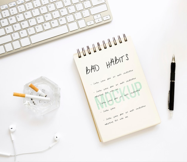 Notitieboekje met slechte gewoonte lijst op het bureau