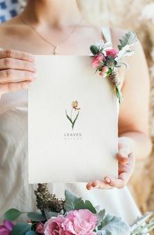 Novia sosteniendo una tarjeta floral