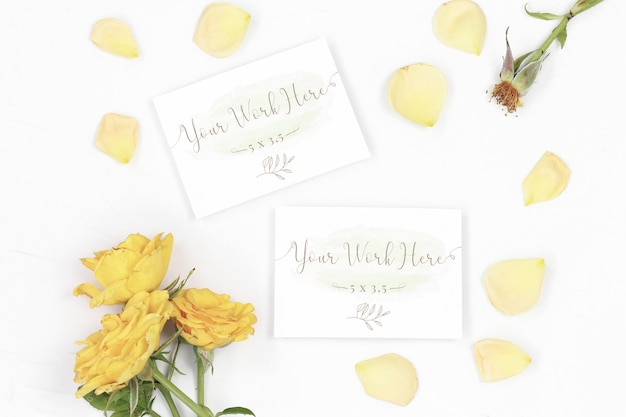 Numero del mockup e biglietto di ringraziamento con petali di rosa
