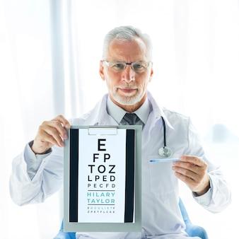 Oculista con test de visión en portapapeles