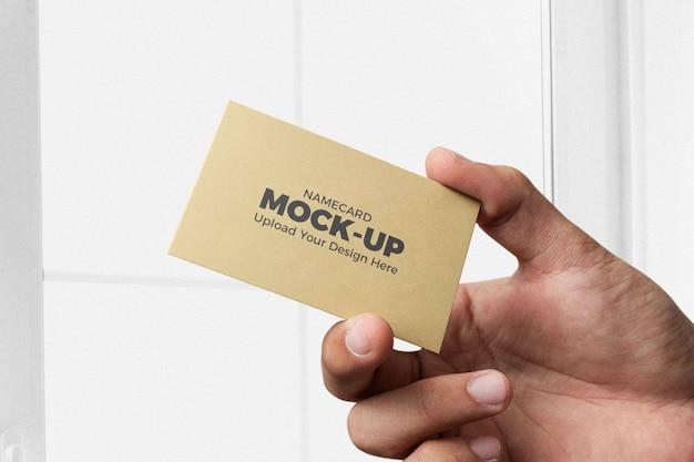 Office mannenhand houdt schoon minimaal horizontaal visitekaartjemodel vast