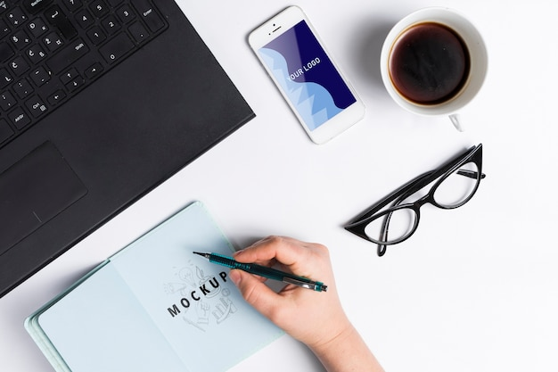 Oficina con maqueta de concepto de dispositivos modernos