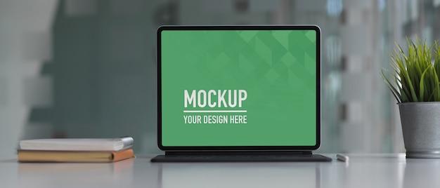 Oficina de mesa de trabajo con maqueta de laptop