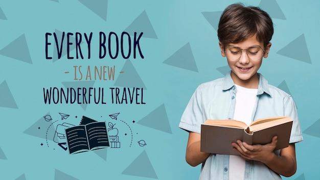 Ogni libro è un nuovo viaggio simpatico ragazzo mock-up