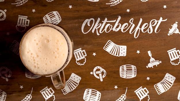 Oktoberfest jarra de cerveza con espuma