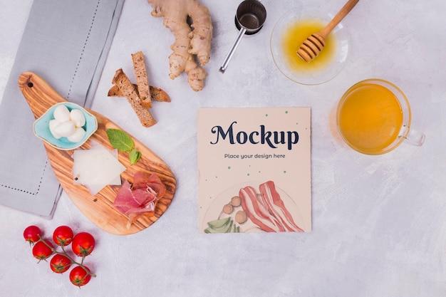 Om ontbijtmaaltijd met kartonnen mock-up te bekijken