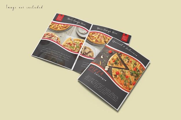 Omslag en open brochure mockup geïsoleerd op hoge hoek bekijken