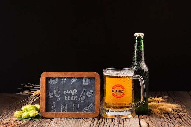 Ondertekenen met ambachtelijke bier tekenen en bier naast