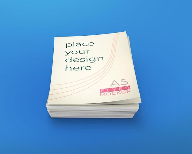 Ongeordende stapel folders mockup geïsoleerd op blauwe achtergrond