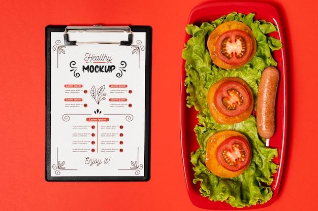 Ontbijt met klembord en plakjes tomaten