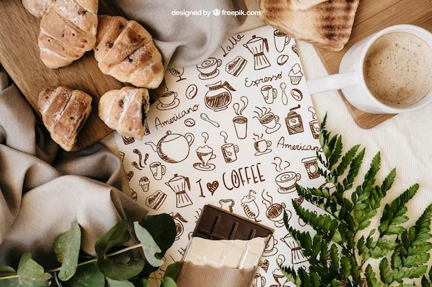 Ontbijt mockup met papier, croissants en mok