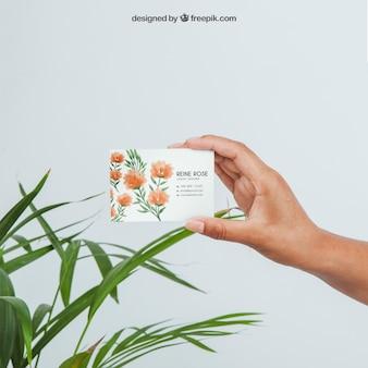 Ontwerp van mock up met hand bedrijf visitekaartje