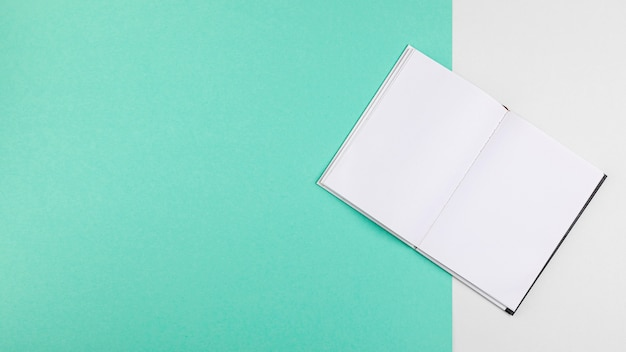 Open boek op kopie ruimte blauwe achtergrond
