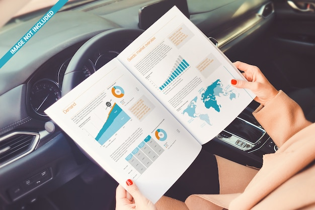 Open boek over het mockup van het autostuurwiel