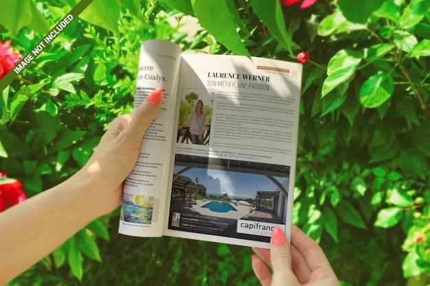 Open brochure in meisje handen natuur concept mockup