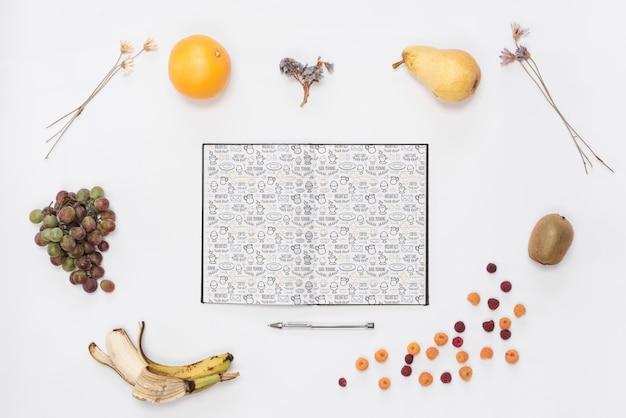 Open notitieblokmodel met ontbijtconcept