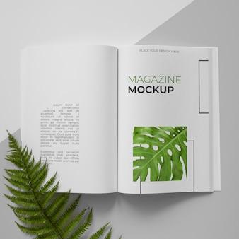 Open tijdschrift en plantenassortiment bovenaanzicht